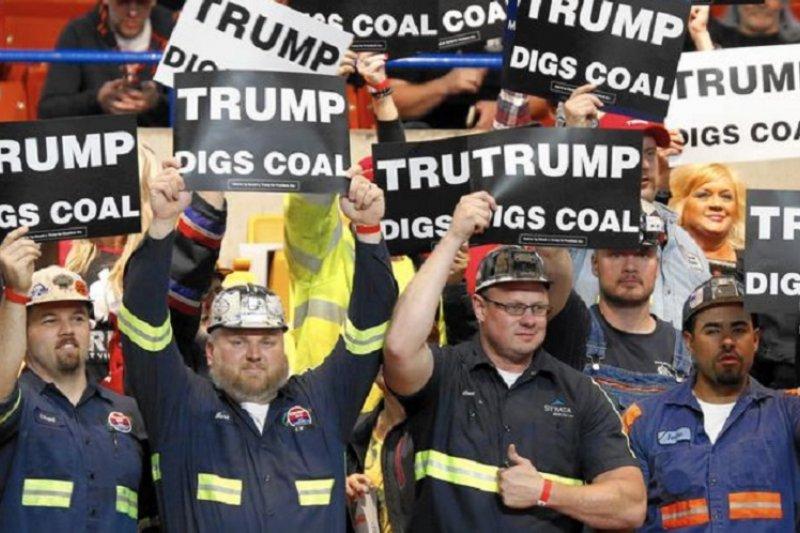 煤礦工人在川普的造勢大會上全力支持他重振燃煤工業。(美聯社)