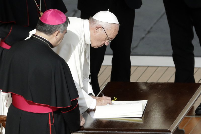 教宗方濟各(白衣者)簽署詔書,准予所有神父永久擁有寬恕墮胎罪過的權力(美聯社)