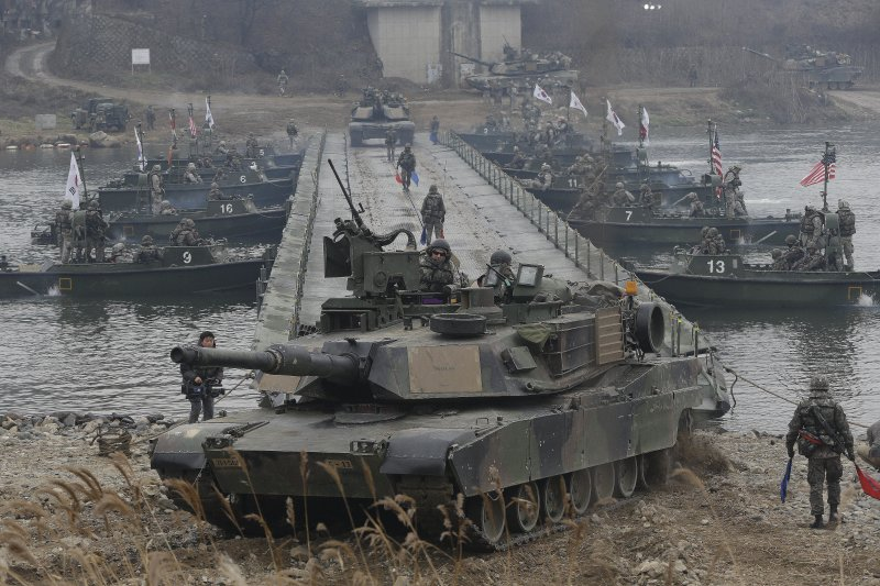 2015年的美韓聯合軍演中,美軍戰車橫越漢灘江。(美聯社資料照)