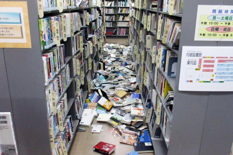 因為福島外海的強震搖晃,圖書館的書散落一地。(美聯社)