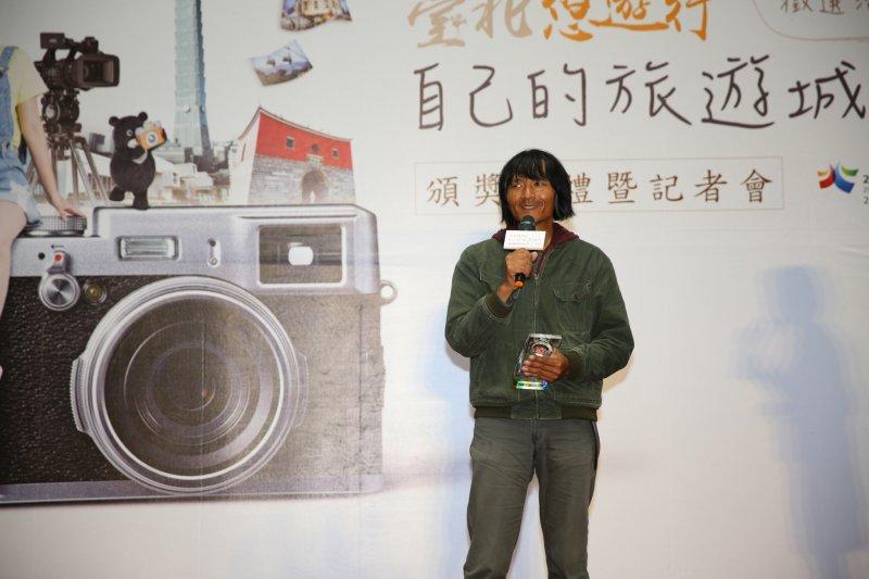 照片類第一名的狄樂平於台上分享創作理念。(取自台北市政府官網)