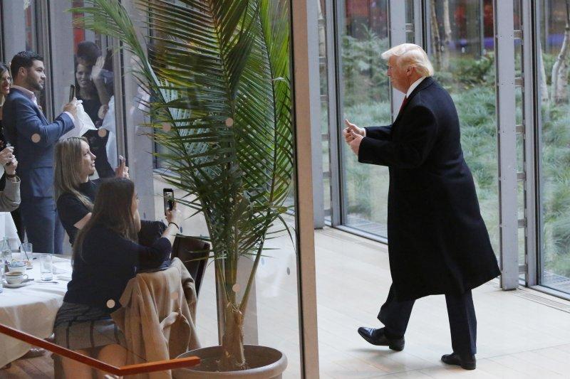 總統當選人川普與紐時的記者及編輯會面。(美聯社)