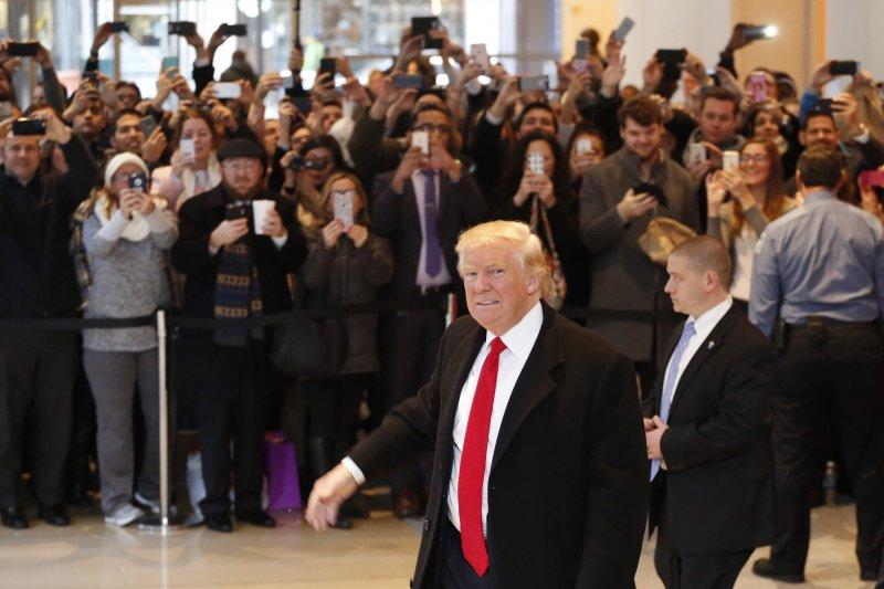 川普到紐時總部,場外圍觀群眾擠得水泄不通。(美聯社)
