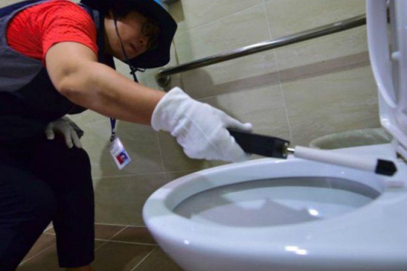 首爾特別行動小組成員在女衛生間檢查隱蔽攝影鏡頭。(BBC中文網)