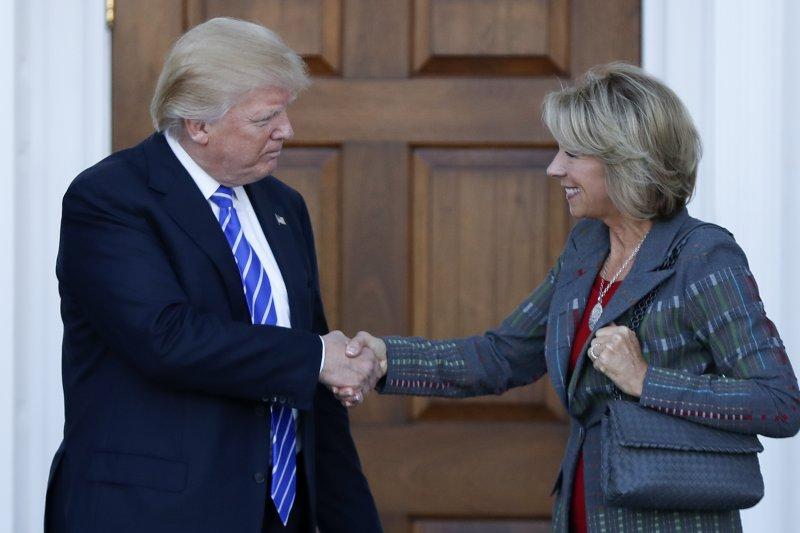 川普提名第二位女性閣員德沃斯,可能將擔任教育部長。(美聯社)