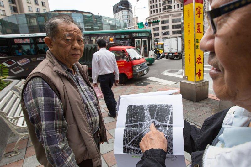 20161124-台北建成圓環24日即將進行拆除工程,正式走入歷史,當地耆老拿出民國34年時的美軍偵照圖對照現今所在地。(顏麟宇攝)