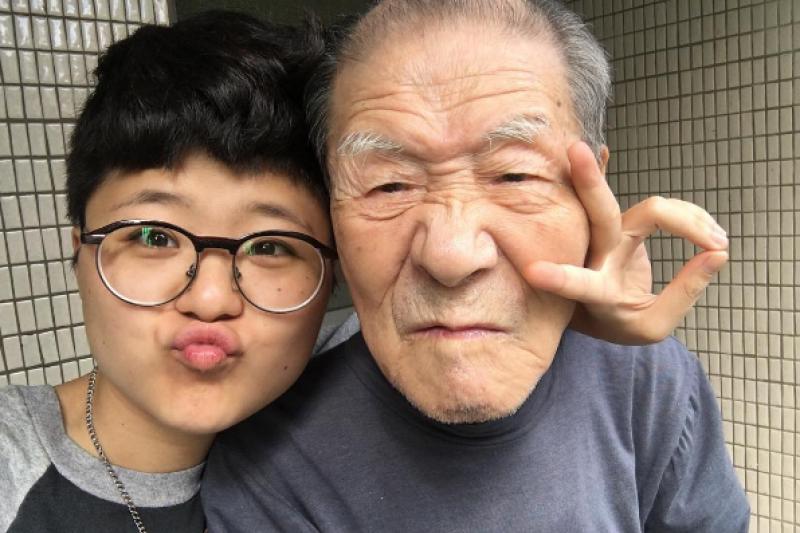 失智症爺爺與孫女的好感情,令人動容。(圖/dk_1218@instagram)