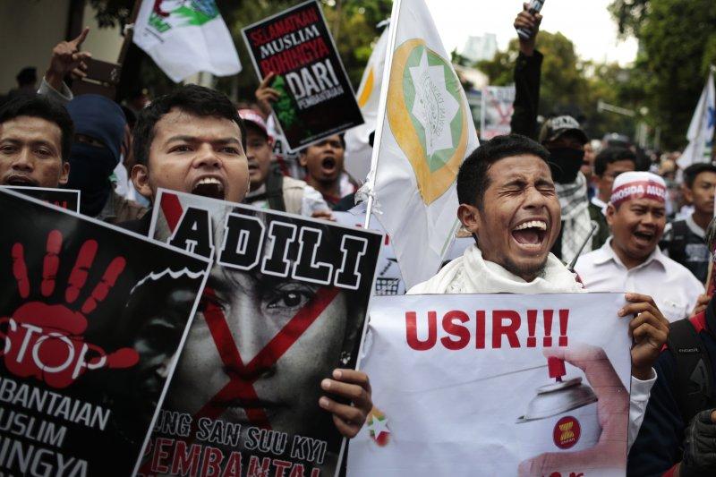 羅興亞難民在印尼抗議緬甸政府迫害羅興亞人。(美聯社)