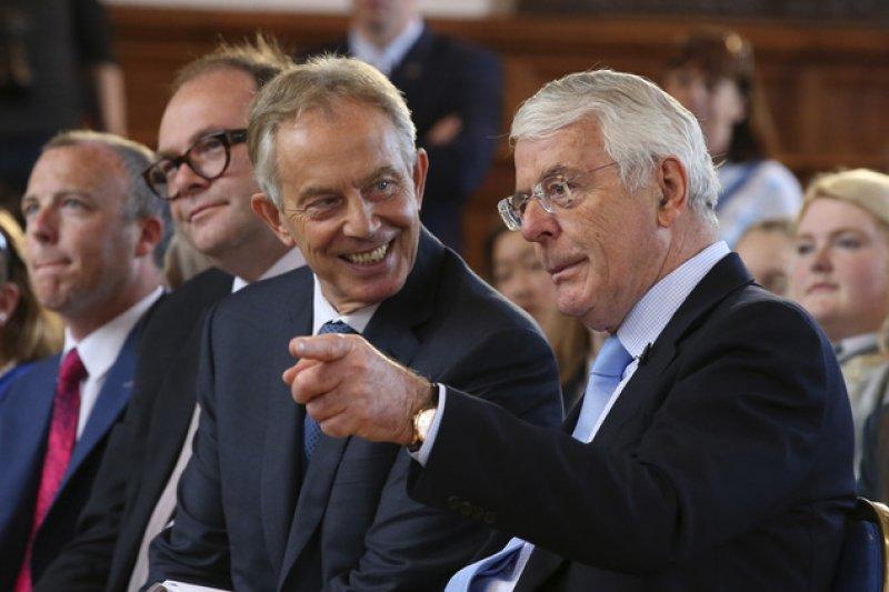 英國兩位前任首相梅傑(John Major,右)與布萊爾(Tony Blair)曾在6月23日脫歐公投前,出面表態支持留歐。(AP)