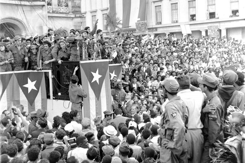 1959年1月,推翻巴蒂斯塔獨裁政權的菲德爾・卡斯楚對著群眾演說(AP)