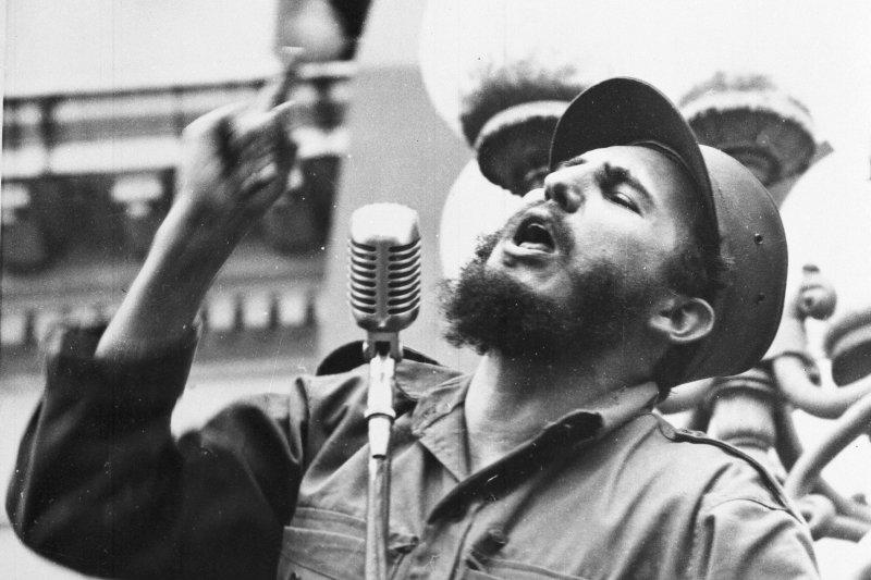 1959年2月,推翻巴蒂斯塔獨裁政權的菲德爾・卡斯楚對著群眾演說(AP)