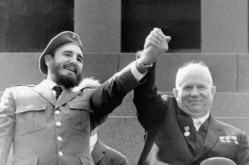 1963年,菲德爾・卡斯楚(左)與蘇聯領導人赫魯雪夫(Nikita Khrushchev)(AP)