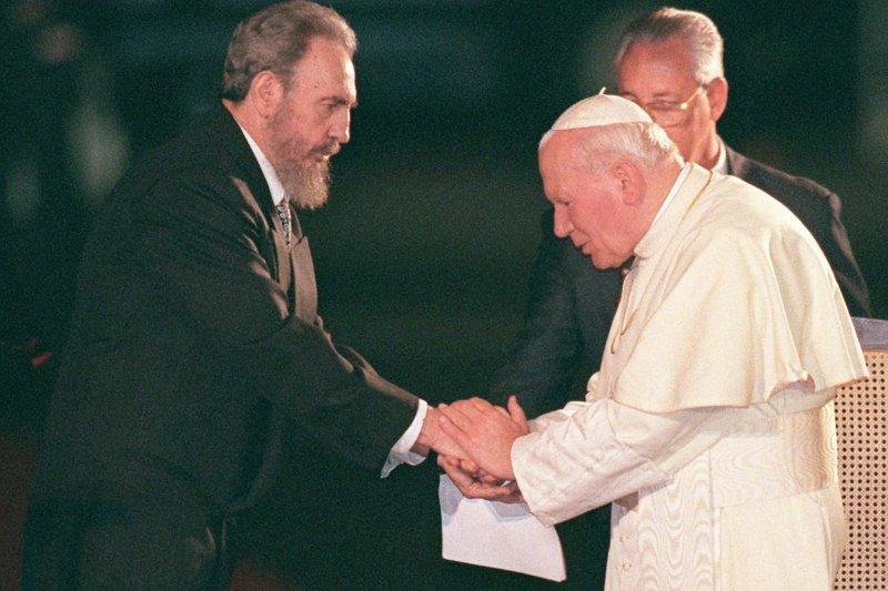 1998年,菲德爾・卡斯楚(左)在古巴的馬蒂國際機場迎接教宗若望保祿二世(Pope John Paul II)(AP)