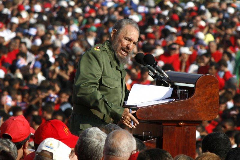 2006年的勞動節,菲德爾・卡斯楚在古巴哈瓦那的革命廣場對群眾演說(AP)