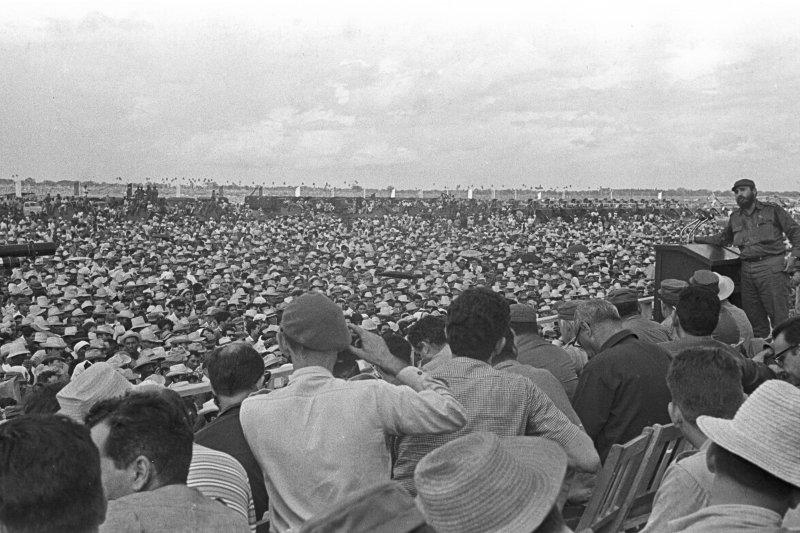 1967年,菲德爾・卡斯楚(右上)對著群眾演說(AP)