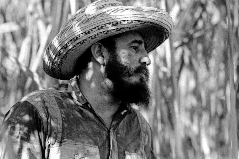 1966年,站在古巴甘蔗田裡的菲德爾・卡斯楚(AP)