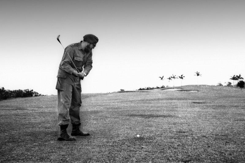1960年,打高爾夫球的菲德爾・卡斯楚(AP)