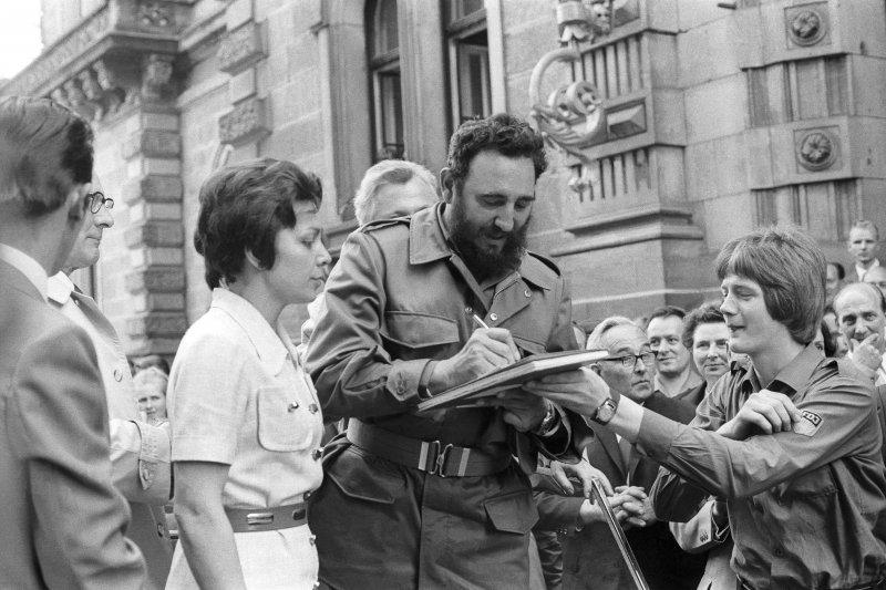 1972年6月,菲德爾・卡斯楚在當時東德的東柏林為民眾簽名(AP)