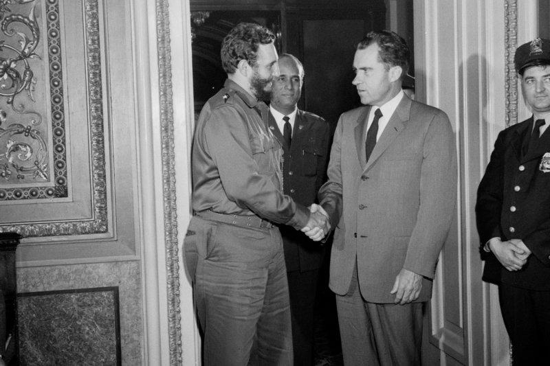 1959年4月19日,菲德爾・卡斯楚(左)與美國時任副總統尼克森 (Richard Nixon)在美國華府會面(AP)