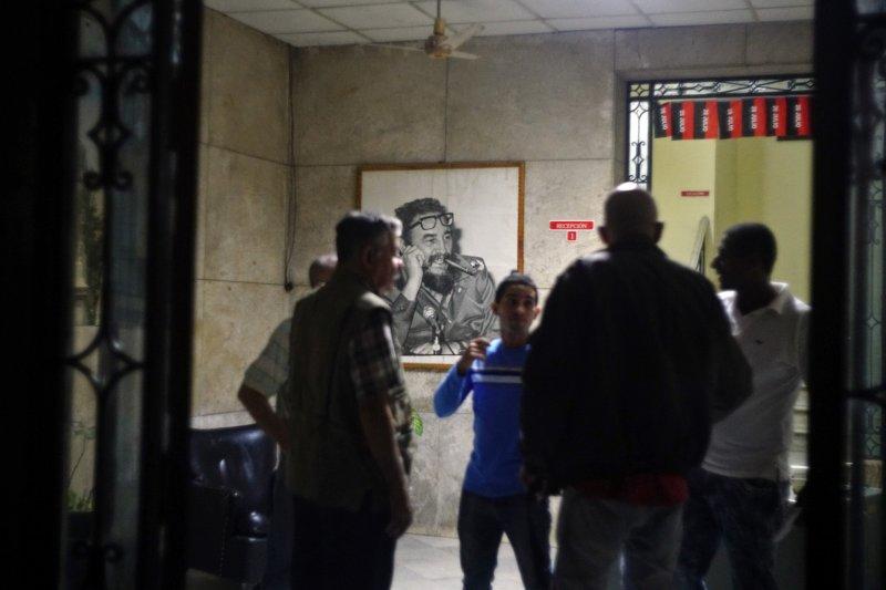 菲德爾・卡斯楚的死訊傳出後,人們逐漸聚集在古巴最高權力機關「全國人民政權代表大會」辦公室(AP)