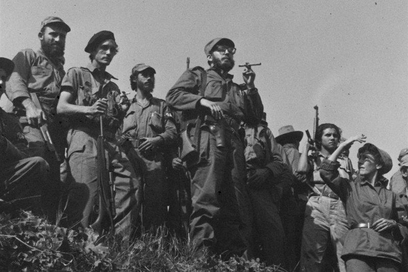 1959年1月7日,甫推翻巴蒂斯塔獨裁政權的菲德爾・卡斯楚(中)與其他革命成員(AP)