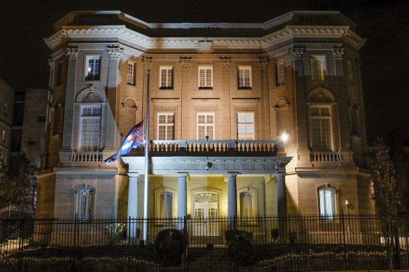 古巴前領導人菲德爾・卡斯楚的死訊傳出後,古巴駐美國華府的使館26日凌晨降半旗(AP)