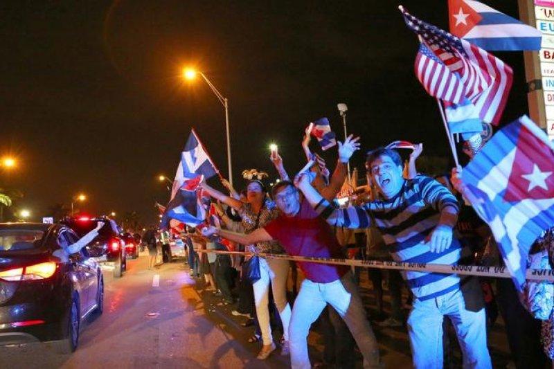古巴前領導人菲德爾・卡斯楚的死訊傳出後,住在美國佛羅里達的古巴人歡喜慶祝(AP)