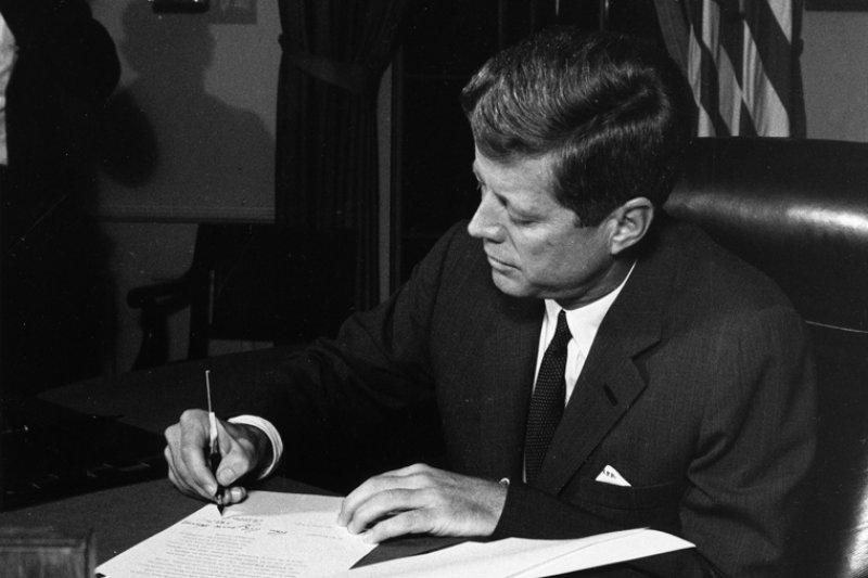 1962年古巴飛彈危機,甘迺迪總統簽署封鎖令(維基百科.公有領域)