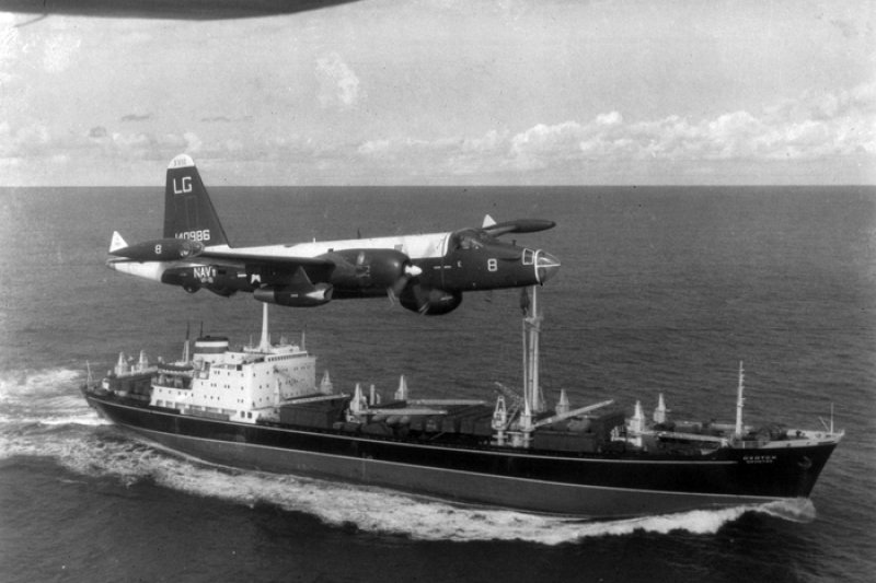 1962年古巴飛彈危機,美軍偵察機飛越蘇聯運輸艦(維基百科.公有領域)