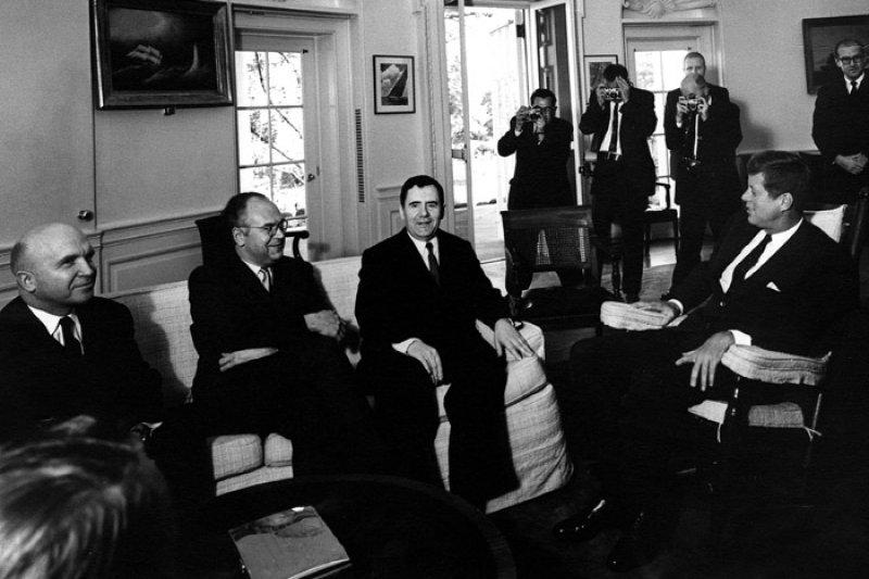 1962年古巴飛彈危機,甘迺迪總統(右)會見蘇聯外長葛羅米柯(維基百科.公有領域)