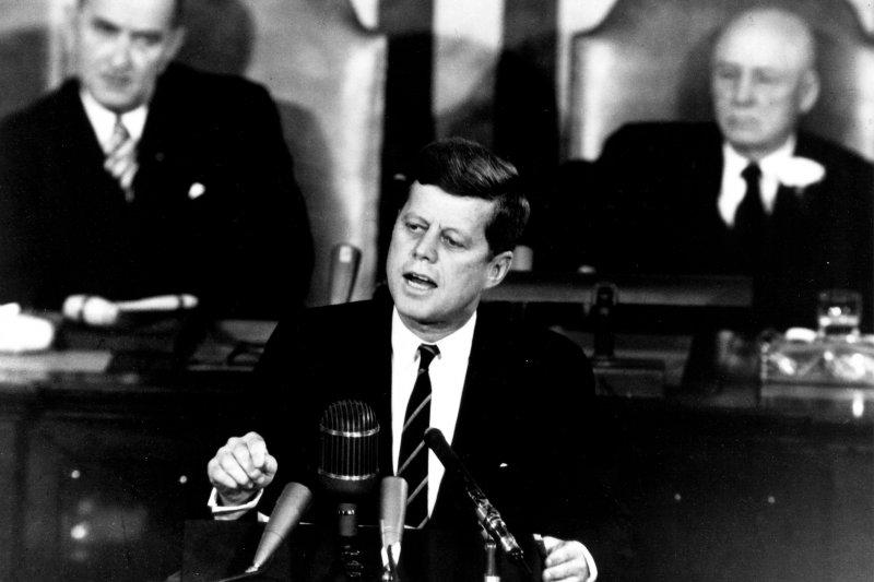 「甘迺迪原本主張運用兩個中國,讓中國大陸可以進入聯合國,但是他在1961年就任總統不久,深思熟慮後認為他在大選勝選幅度非常小,推動兩個中國,會讓他被共和黨修理,造成內部分裂,他不准幕僚部屬推動兩個中國政策。」(資料照,取自維基百科)