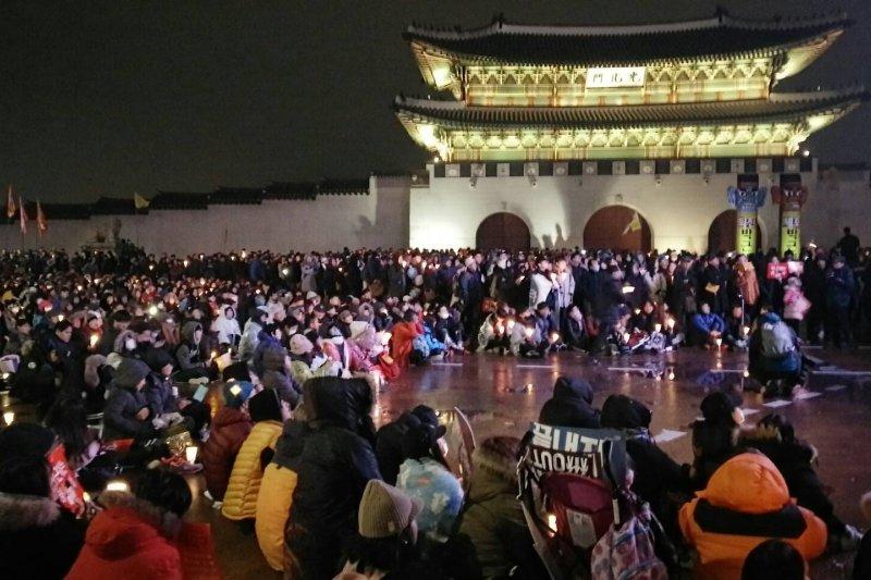 南韓民眾26日傍晚在首爾舉行第5輪燭光集會,要求總統朴槿惠就「親信門」醜聞負責並下台,現場人潮集結,可能破南韓人數紀錄。(溫芳瑜攝)