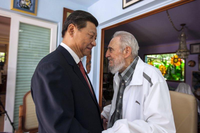 2014年,古巴強人菲德爾・卡斯楚與中國國家主席習近平在哈瓦那相見歡(AP)
