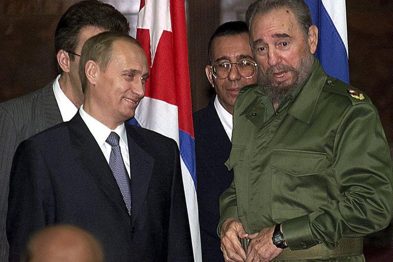2000年,古巴強人菲德爾・卡斯楚(右)與俄羅斯總統普京(Vladimir Putin,左)(AP)