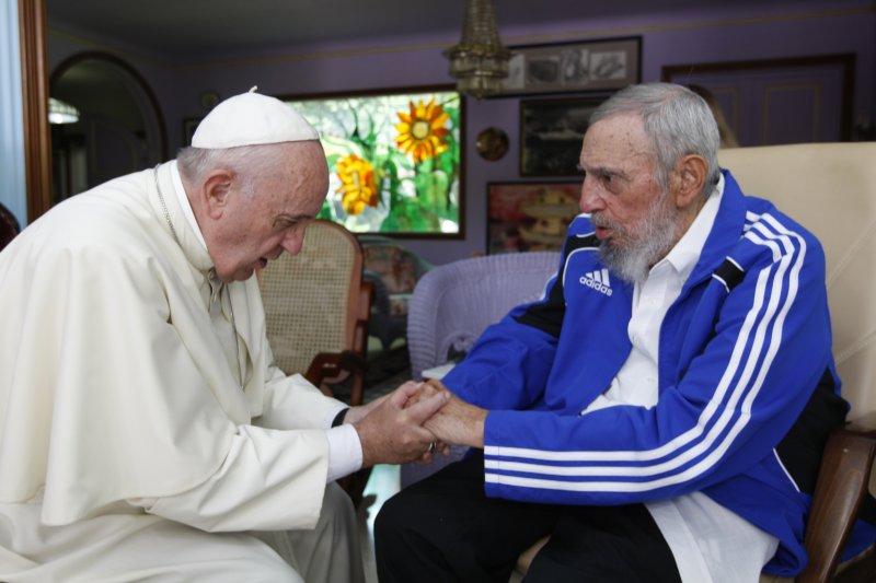 古巴前領導人人菲德爾・卡斯楚(右)與天主教教宗方濟各(AP)