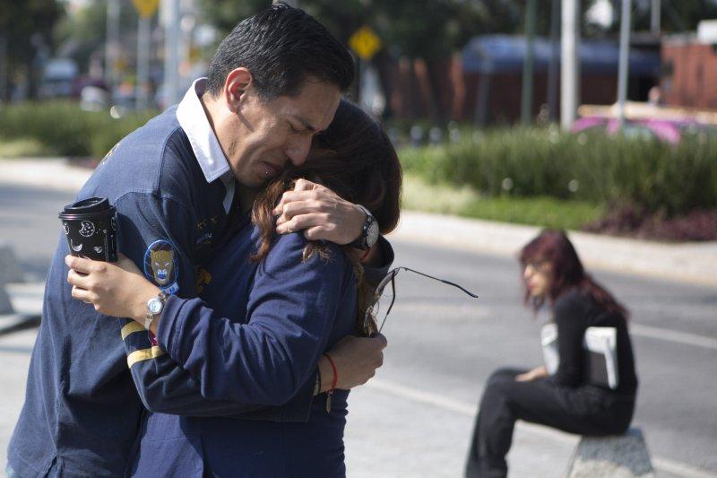 墨西哥古巴大使館外也湧現弔唁老卡斯楚的民眾。(美聯社)