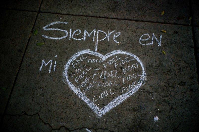 懷念老卡斯楚的民眾在地板上寫著「菲德爾卡斯楚常在我心」。(美聯社)