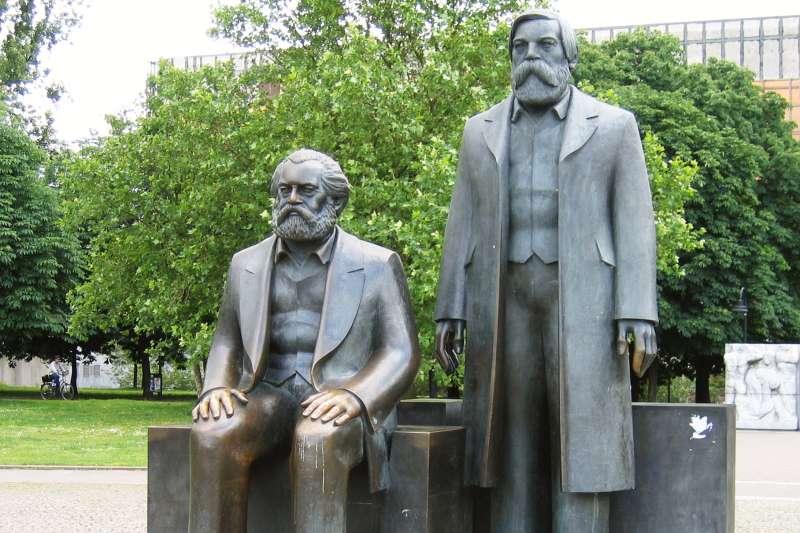 今年適逢馬克思200週年冥誕,英國記者李克特認為,馬克思主義仍然沒有消逝。圖為馬克思與恩格斯銅像。(ansehen @ Wikipedia / CC BY-SA 3.0)