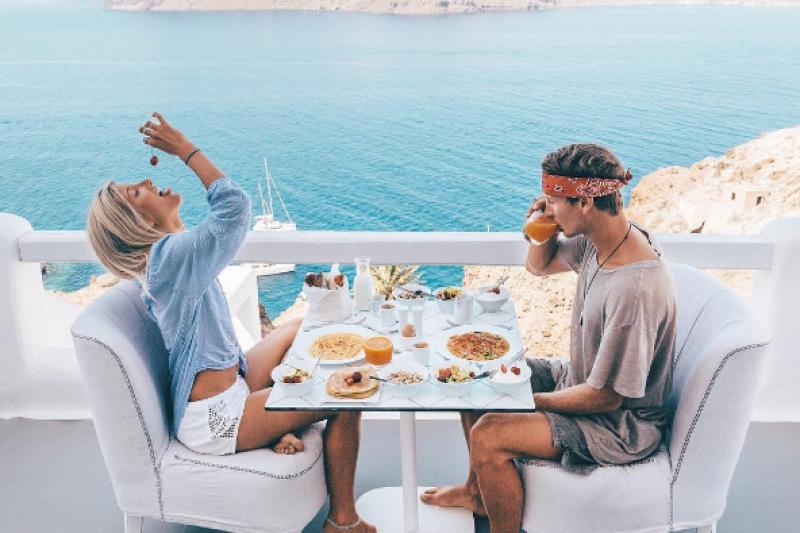 曾經是清潔工的莫里斯,如今與女友一起成了環遊世界的旅行家。(圖/doyoutravel@instagram)