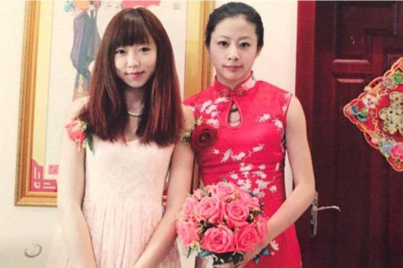 歐小白(右)的婚禮上,伴娘由她的女朋友(左)擔任。(BBC中文網)