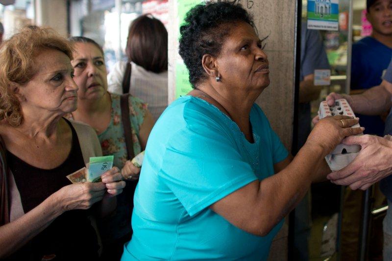 委內瑞拉物資缺乏,民眾排長隊購買民生物資(AP)