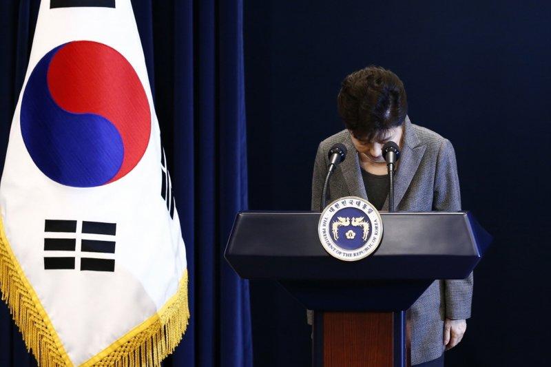 南韓總統朴槿惠去年就「親信門」醜聞向全國民眾道歉(美聯社)