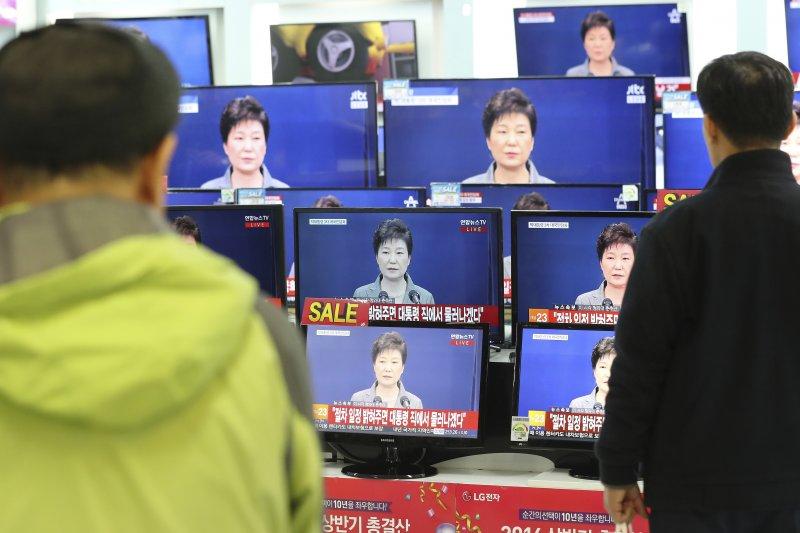 南韓總統朴槿惠就「親信門」醜聞第3次發表全國講話,直言自己的去留交由國會決定(美聯社)