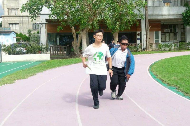 校方指出說,但是對於全盲的視障者來說,想要參與這些路跑活動卻是一件十分困難的事情。因為視障的緣故,若是獨自參與路跑,他們往往無法知道跨出這一步之後會發生什麼事情。(取自台北市政府)