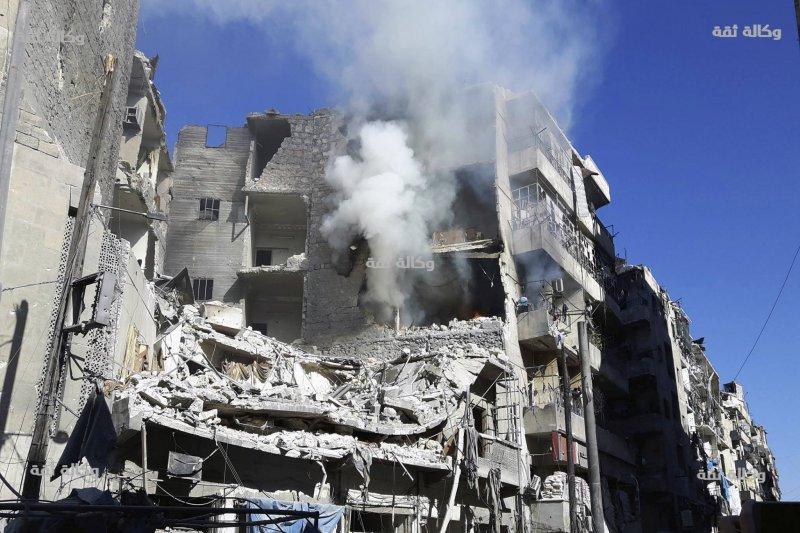 剛被炸彈空襲過的阿勒坡民房。(美聯社)