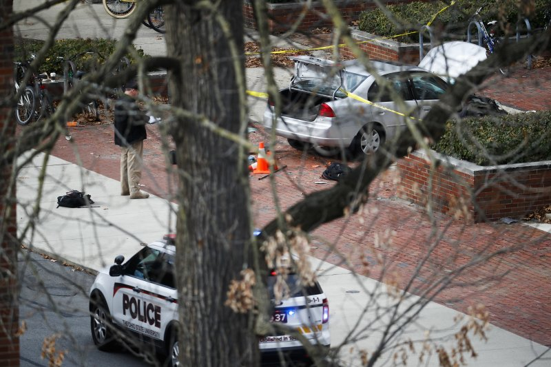 美國俄亥俄州立大學28日上午發生攻擊事件,警方正封鎖現場蒐證。(美聯社)