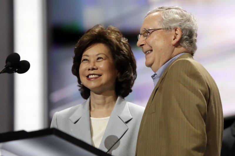 可望出任川普政府運輸部長的趙小蘭(Elaine L. Chao)與夫婿麥康奈爾(Mitch McConnell)(AP)