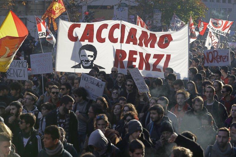 義大利民眾遊行反對修憲公投,高舉「罷黜倫齊」標語布條(美聯社)