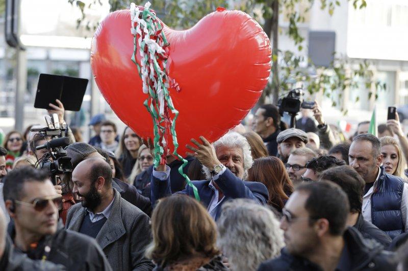 義大利五星運動黨黨魁格里羅(Beppe Grillo)在反公投遊行中高舉愛心氣球(美聯社)