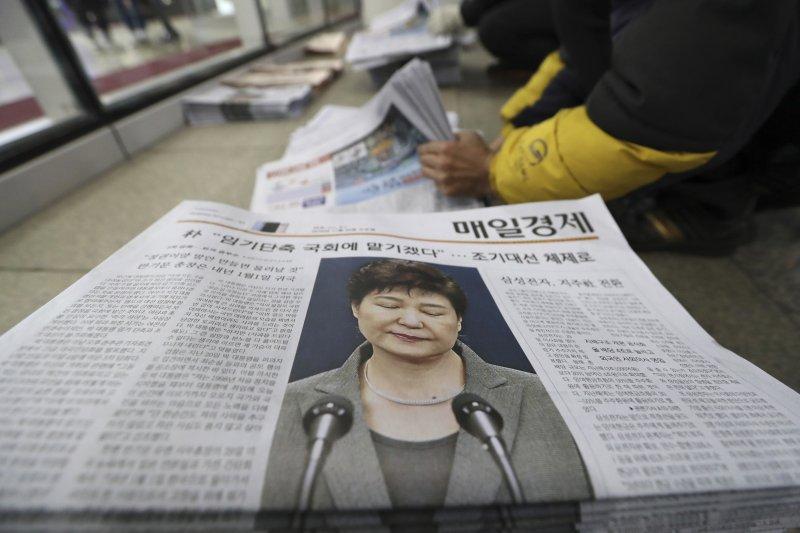 南韓總統朴槿惠曾表示願意考慮辭職,一度登上紙媒頭版。但如今卻絕口不提辭職,只說「靜待憲法法院的決定」。(美聯社)